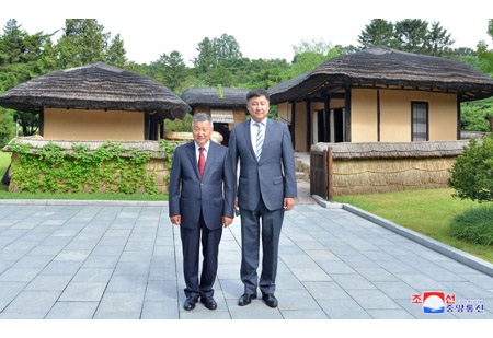 Mongolian Guests Visit Mangyongdae