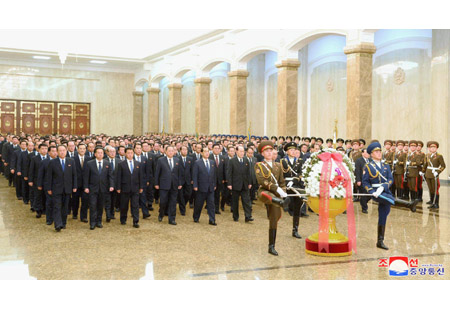 Senior Government Officials Visit Kumsusan Palace of Sun