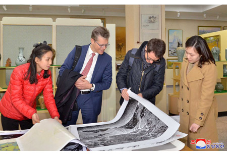 Swiss Delegation Visits Mansudae Art Studio