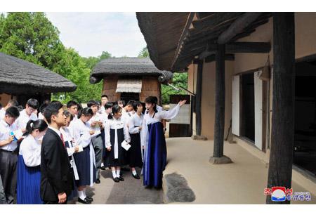 Delegation of Korean Youth and Students in Japan Visits Mangyongdae