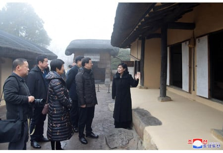 Chinese Delegation Tours Various Places