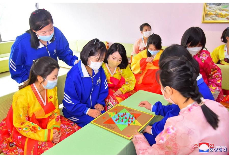 Women Weavers Leading Worthwhile Life in DPRK