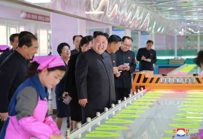 김정은 동지께서 새로 개건된 류원신발공장을 현지지도