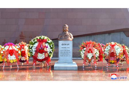 항일의 녀성영웅 김정숙동지의 동상에 화환 진정
