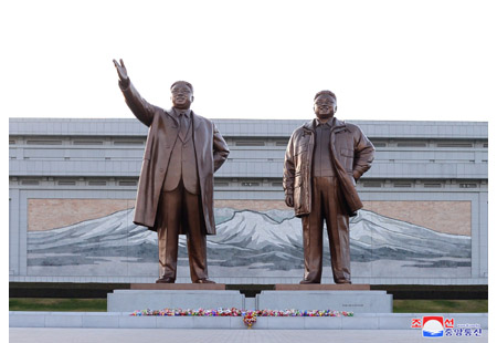 김일성동지와 김정일동지의 동상에 일본체육대학대표단 단장 꽃바구니 진정