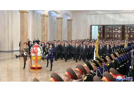 정부의 간부들 금수산태양궁전을 찾아 숭고한 경의 표시