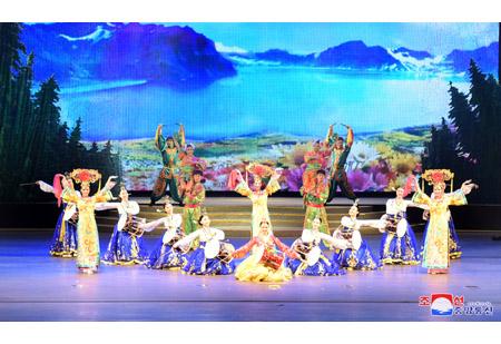 중국예술인들의 조중친선봄맞이 종합공연 진행
