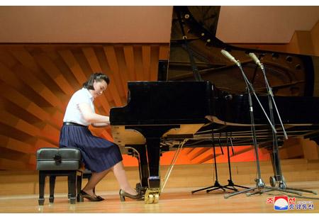 김원균명칭 음악종합대학 학생들의 피아노연주회 진행