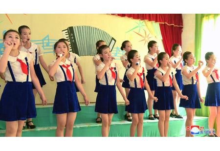 라오스대사관 성원들 청류초급중학교 참관