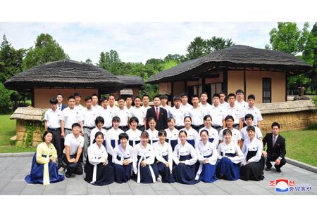 재일조선청년학생대표단 만경대 방문,여러곳 참관