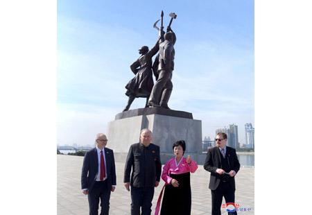 영국주체사상연구소조대표단 당창건기념탑 참관