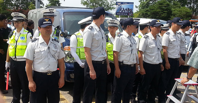Police surround a blue truck carrying balloons destined for North Korea in Paju, South Korea. Photo: Hyowon Shin, NK News