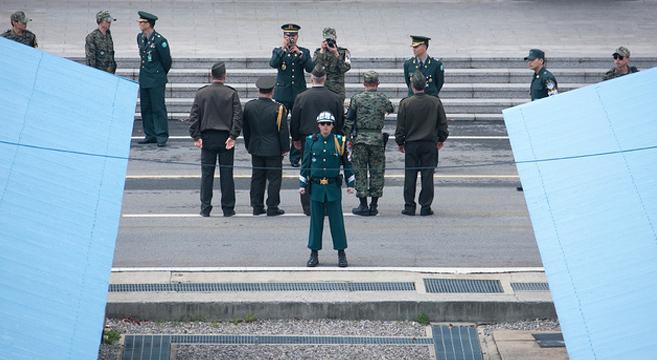 U.S. soldiers look into North Korea at the DMZ | Picture: E. Lafforgue