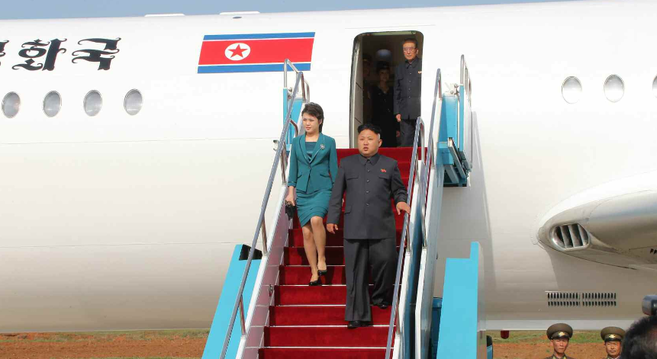 [Bild: KJU-and-Ri-Sol-Ju-Air-event-May-10-Rodong.png]