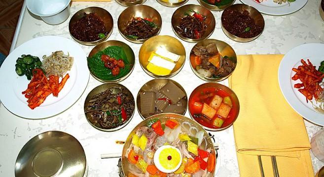 800px-North_Korea-Kaesong-Tongil_restaurant-02