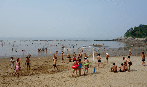 Tourist photos reveal Nampo's North Korean beach life