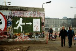 fall_of_the_berlin_wall_1989_people_walking