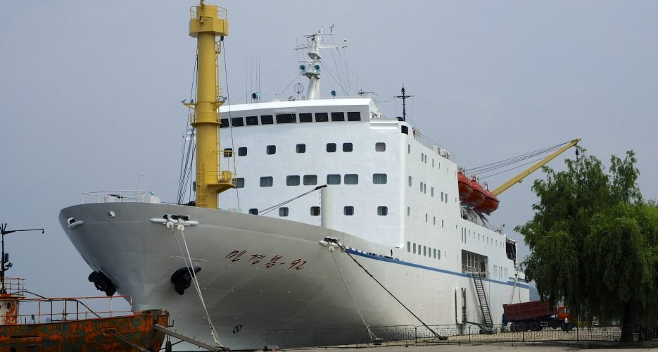 Carrying art troupe, North Korea's Mangyongbong-92 arrives in South Korea