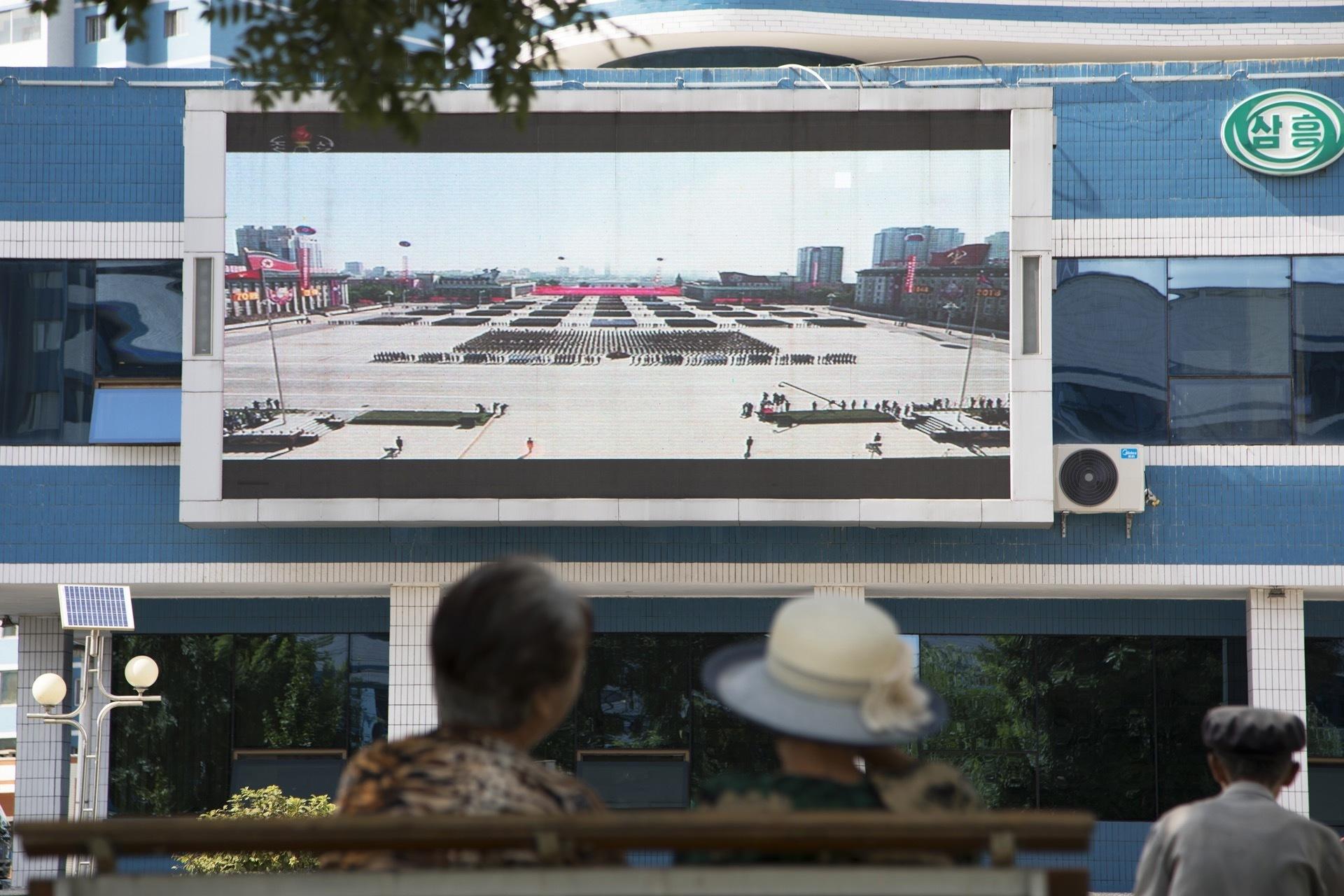 Повседневная жизнь в КНДР - осень 2018 года торговые, автоматическех, автоматы, продуктами, «MadeinDPRK», Установлены, крыше, дворники, велосипедахуборщиках, солнечными, батареями, стране, Фотографии, заметных, новых, событий, происходящих, сегодня, некоторых, понимание